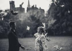 para młoda rzuca się liścmi, fotograf lubin, fotografia ślubna lubin, fotograf jelenia góra w deszczu