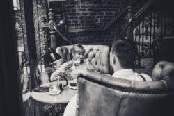 fotograf lubin, kobieta i mężczyzna siedzą w kawiarni