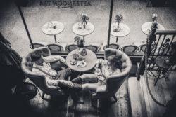 kobieta i mężczyzna relaksują się w kawiarni, fotograf lbin