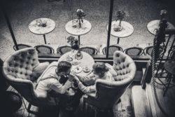 fotograf lubin, fotografia ślubna lubin, fotograf jelenia góra, para siedzi w kawiarni