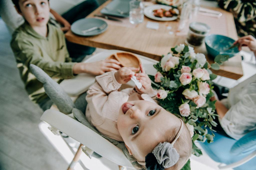 dziecko przy stole