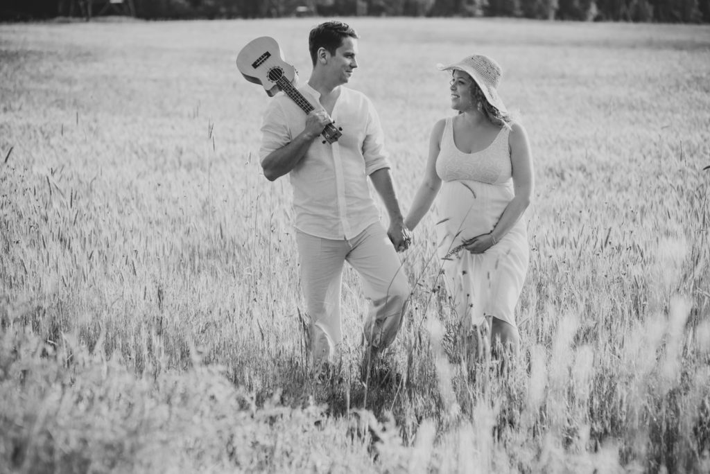 para spacerująca na łące
