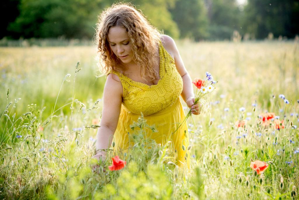 kobieta zbiera kwiaty