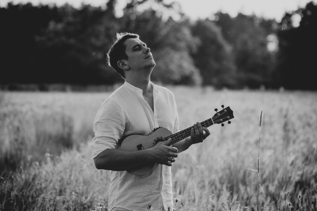 mężczyzna z gitarą
